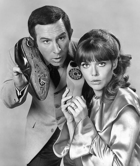 1965 … Max and Era serie, pero igual amaba al Super agente 86 … Max and Don Adams and Barbara Feldon- 'Get Smart' 60s Tv Shows, Great Tv Shows, Photo Vintage, Vintage Tv, Vintage Telephone, Eminem, Don Adams, Tv Sendungen, Mejores Series Tv