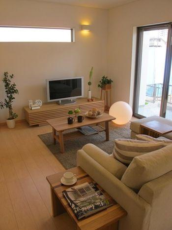 シンプルな家具たちの中に観葉植物のグリーンを取り入れる事でナチュラル感も増しますね。