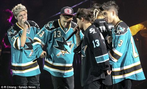 One Direction show their support for San Jose Sharks as they take to the stage in ice hockey team's shirts One Direction Shirts, One Direction Images, One Direction Outfits, I Love One Direction, Zayn, Niall Horan, Ice Hockey Teams, Jersey Boys, San Jose Sharks
