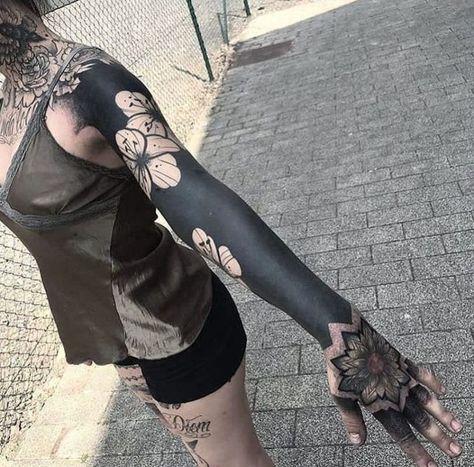 These Striking Solid Black Tattoos Will Make You Want To Go All In Killer-Blackout-Tattoo-Ideen Solid Black Lace – Bluse mit halber Hülse…I JESUS WREATH Nehmen Sie 1 großes Blatt…Stoppuhr Tattoo, beste girly Tattoos, japanische…