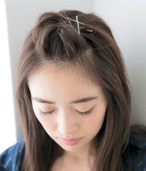 前髪を上げるアレンジ くるりんぱにピン使いのポンパ 女子力急上昇な
