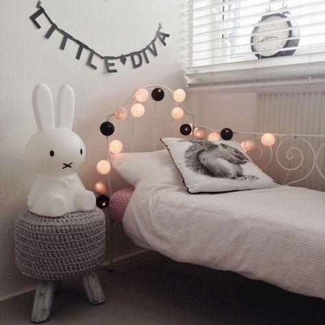 Ghirlanda luminosa nella cameretta. Cotton string lights in kids room.