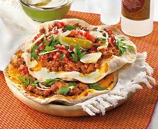 "Türkische Pizza ""Lahmacun"" Rezept: Mehl,Pfeffer,Olivenöl,Hefe,Tomaten,Knoblauchzehen,Lammhack,Kreuzkümmel,Tomatensaft,Petersilie,Zwiebeln,Peperoni,Backpapier"