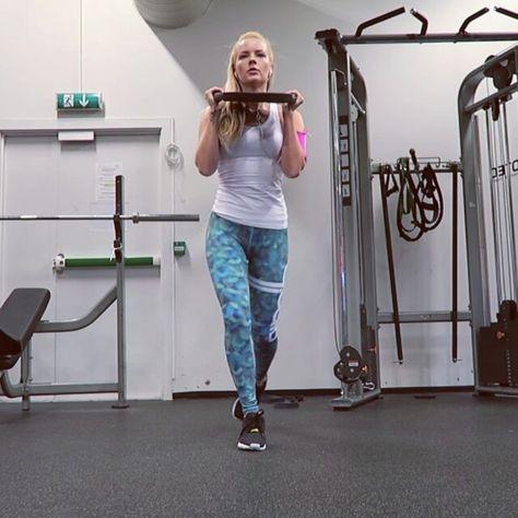 Bootywork; crusty lunge.  her gikk det unna med rumpe og skuldertrening i supersett  #styrkejentene #workoutvideo #bootybuilding #glutes #lunges #curtsylunges #iform #treningsforum #aimn #bbg #treningsglede #xlife_no #jentetrening #strongher #rumpetrening #styrketräning #fitfamdk #aktivejenter #gymshark #gymgirl #workout #gym #gymelife #shapeupnorge #keepfit #aimnsportswear #aimnoceania