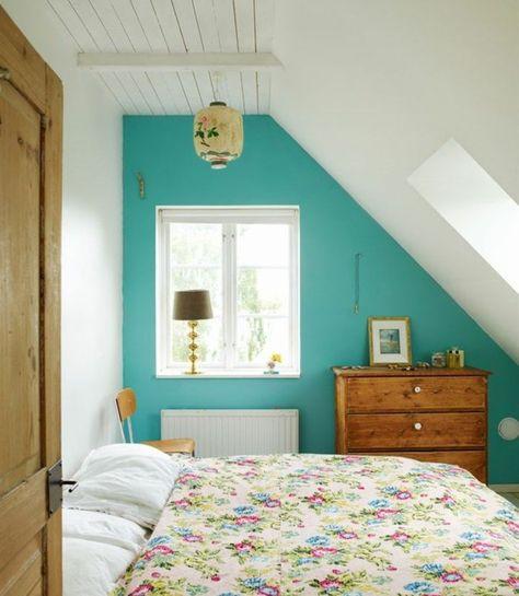 Attrayant Comment Aménager Une Chambre Rustique Chic Chambre  Mansardée Mur D Accent Couleur Bleu Couverture De Lit Motifs Floraux Shabby  Chic Commode En Bois Vintage  ...
