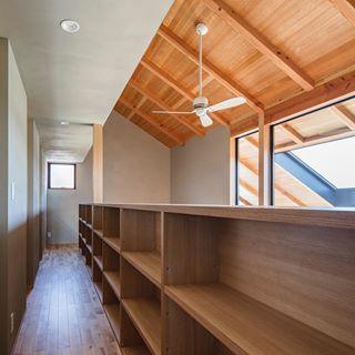 吹抜けと2階廊下間の腰壁は本棚 吹抜け 造作家具 本棚 可動式棚