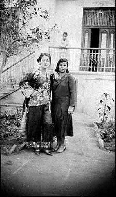 اسمهان ووالدتها علياء المنذر 1934 1944 موقع المؤسسة العربية للصورة Egypt History Egyptian History Arab Celebrities