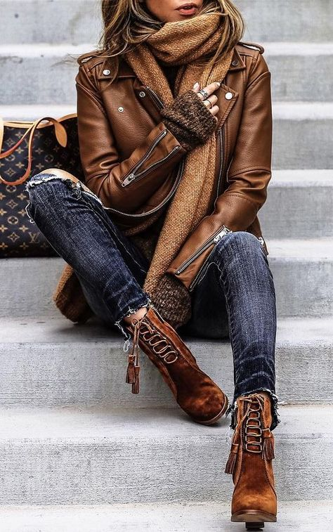 We love this autumnal look. The leather jacket, skinny dark denim jeans and lace up suede boots is a great fashionable outfit this fall. Fall Outfits for women