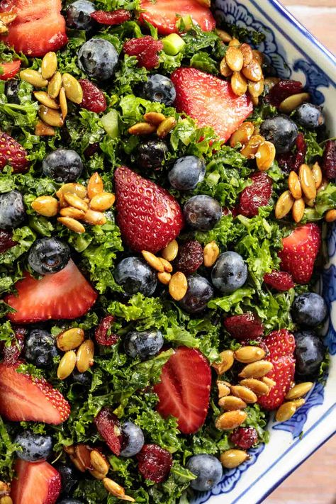 salad recipes Healthy and delicious this make-ahead Strawberry Kale Salad with a honey lemon dressing and candied pepitas is perfect for summer entertaining! Healthy Salad Recipes, Gourmet Recipes, Vegetarian Recipes, Cooking Recipes, Kale Salad Recipes, Recipes With Kale, Picnic Recipes, Picnic Ideas, Picnic Foods