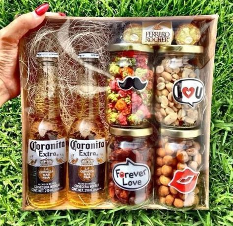DIY Christmas Gift Basket Ideas for Raffles and Fundraisers gourmet raffle basket Diy Father's Day Gifts, Father's Day Diy, Christmas Gift Baskets, Diy Christmas Gifts, Diy Gifts For Boyfriend, Gifts For Dad, Fathers Day Gift Basket, Fathers Day Ideas, Fathers Day Hampers