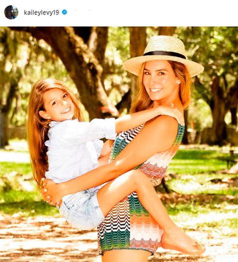 ¡Preciosas! Elizabeth Gutiérrez y su hija Kailey esperan