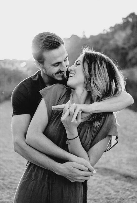 Paarshooting mit Liebe im Herzen. Idee Pose für ein Fotoshooting für Eure Hochzeit  Verlobung Braut und Bräutigam Fotografie Inspiration