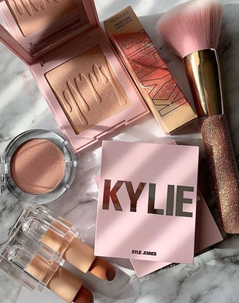i LOVE kylie cosmeticsYou can find Makeup brands and more on our website.i LOVE kylie cosmetics Kylie Jenner Lipstick, Kylie Makeup, Skin Makeup, Kylie Jenner Makeup Products, Makeup Collection Storage, Makeup Storage, Make Up Collection, Cute Makeup, Pretty Makeup