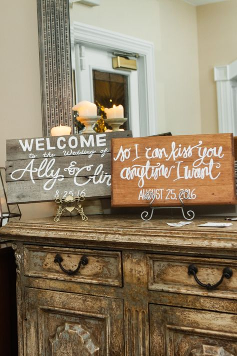 Cute personalized signs for a rustic wedding | Photo: Priscilla de Castro #njweddingvenue #weddingvenue #weddingdecor #weddingsigns #rusticwedding #rusticweddingdecor #summerwedding #rockislandlakeclub