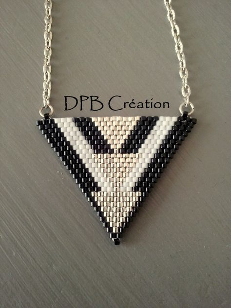 Collier pendentif triangle perles delicas Miyuki noires, blanches et argentées : Pendentif par deperlesenbijoux