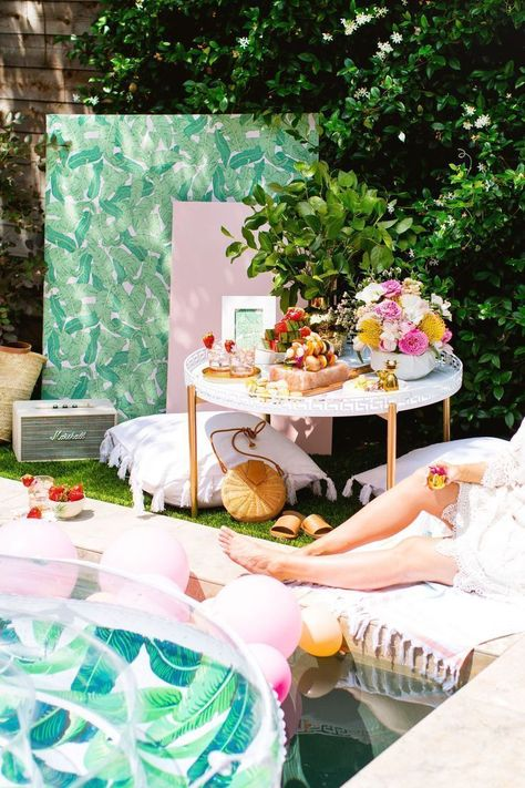 Luxe Poolside Entertaining by Sugar  Cloth, an award winning DIY, home decor, and recipes blog. #entertaining #pools #summer