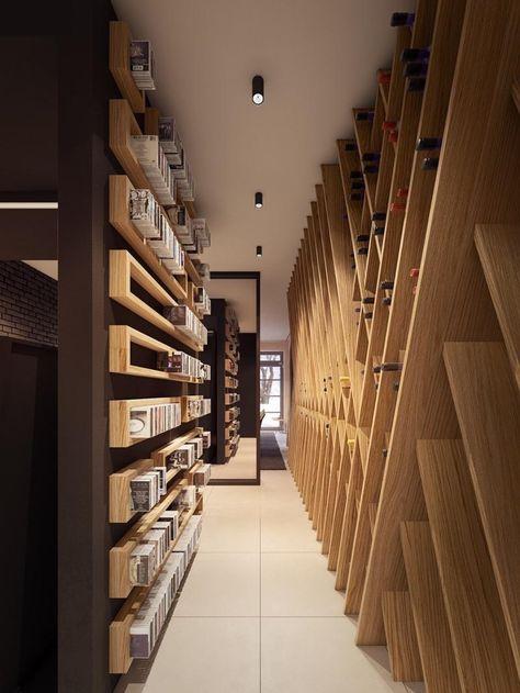 un casier mural en bois à bouteilles de vin et des étagères en bois de rangement pour CD