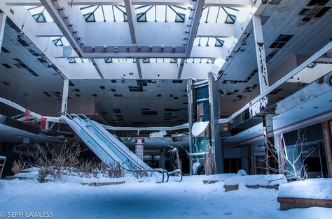 PHOTOS. Un centre commercial abandonné envahi par la neige