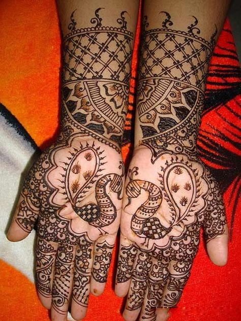 Peacock Mehndi Designs: This elegant peacock inspired mehndi design will look great on the hands of the bride.