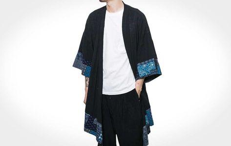 """OKimono, clássicotraje japonês que literalmente significa """"coisa de vestir"""", recebeu modernizações quando veio para o ocidente e atualmente caiu no gosto de homens de toda a parte do mundo. Usado como terceira peça, o kimono combina com todos os estilos. Sendo útil para proteger dovento, como também para criar um look mais desconstruído. Hoje existem […] The post Kimono Masculino: Como Usar first appeared on Moda Para Homens."""