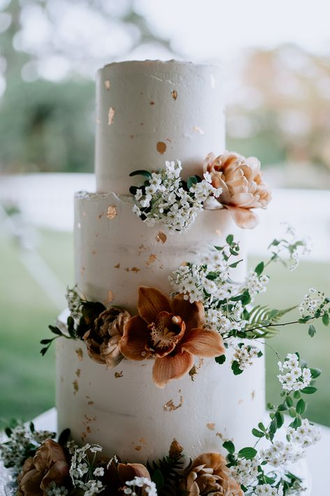 Tiered Floral Wedding Cake for a Spring Wedding A small floral wedding cake for the ones that want the traditional wedding cake, but are also planning on having a dessert station. Head to the link to find out more about this idea for your special day! Unique Wedding Cakes, Beautiful Wedding Cakes, Wedding Cake Designs, Perfect Wedding, Dream Wedding, Wedding Day, Beautiful Cakes, Elegant Wedding, Wedding Rings