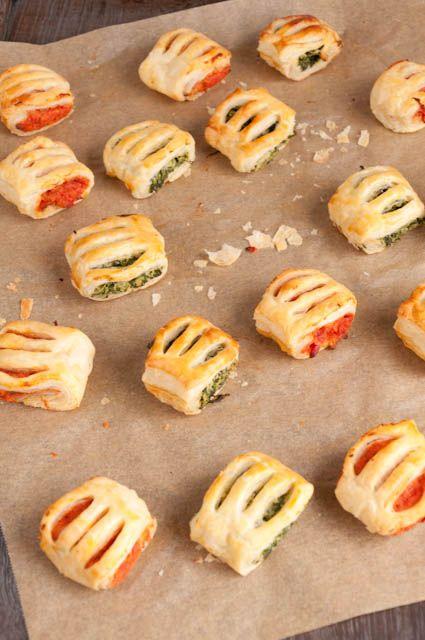 Knusprige kleine Blätterteigröllchen mit zweierlei Füllungen: Spinat-Ricotta und Tomate-Paprika. Super fürs Partybuffet oder als kleiner Snack.