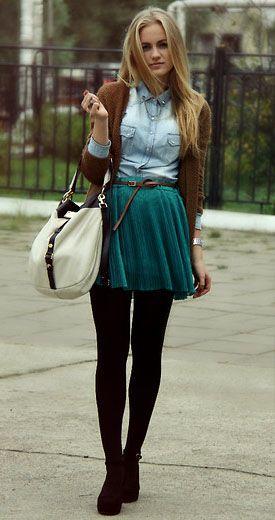 Trendiges romantisches Outfit - Super schöne Kombination für einen romantischen, mädchenhaften Look. Petrolfarbener Faltenrock zu hellem Jeanshemd und ockerfarbener Strickjacke. Simple Schuhe und helle Tasche dazu- ein schöner Mix auch Erdtönen!