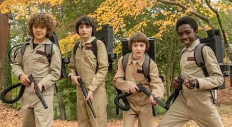 "Finn Wolfhard, Gaten Matarazzo, Noah Schnapp and Caleb McLaughlin and the set of ""Stranger Things Stranger Things Aesthetic, Stranger Things Netflix, Lucas Stranger Things, Millie Bobby Brown, Shows On Netflix, Movies And Tv Shows, Tv Sendungen, Memes, Online Magazine"