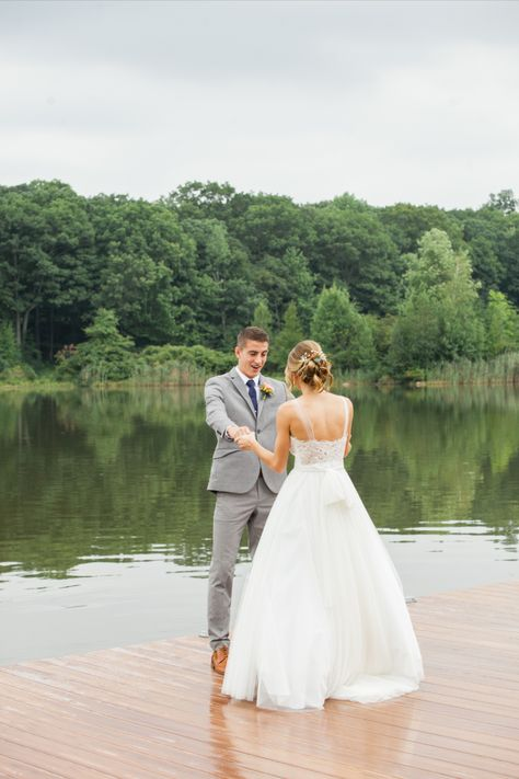 The groom's reaction to seeing his bride for the first time on their wedding day. Many couples choose to do the first look on the dock overlooking the lake | Photo: Priscilla de Castro #njwedding #njweddingvenue #firstlook #brideandgroom #firstlookphotos #lakesidewedding #lakesideweddingvenue
