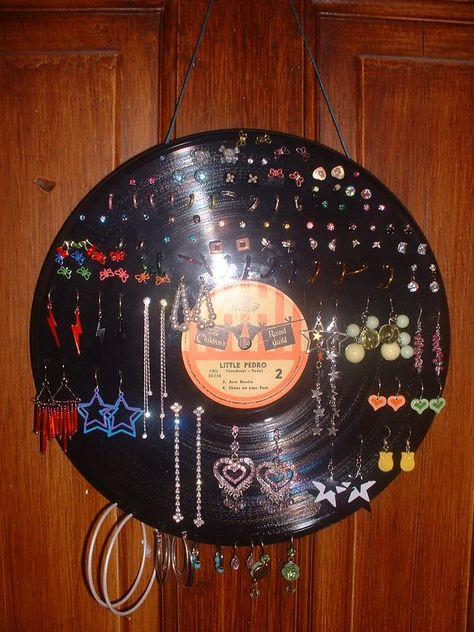 Phono Record Earring Holder DIY- love it! Vinyl Record Projects, Vinyl Record Art, Old Vinyl Records, Vinyl Art, Jewellery Storage, Jewellery Display, Jewelry Organization, Vynil, Diy Earring Holder