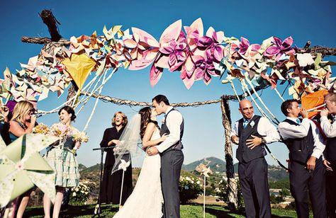 Een ceremonie onder een geweldige decoratieve boog! Wie o wie is er zo creatief?