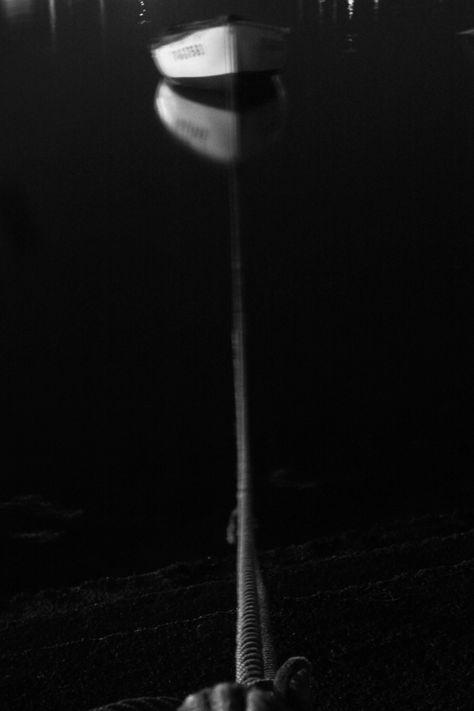 https://flic.kr/p/x9AD9i | Amarres | Puerto de Moaña, el máximo de exposición de la humilde canon 220HS no es suficiente para traer todos los detalles de esta barca y su amarre, pero lejos de quedar una placa inservible, de nuevo menos es más, al crear esa sutil linea que debemos imaginar de la cuerda que llega al bote.  La vida creo sinceramente está llena de esas cuerdas que no vemos pero que nos unen siempre a algo.