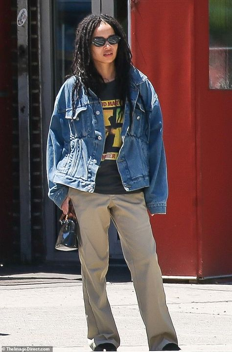 Zoe Kravitz was spotted enjoying a casual day out with her mom, Lisa Bonet, on Sunday around New York City - just days after marrying her long term boyfriend Karl Glusman. Thrift Fashion, 90s Fashion, Fashion Outfits, Zoe Kravitz Style, Zoe Isabella Kravitz, Mother Daughter Dates, Celine, Looks Style, My Style