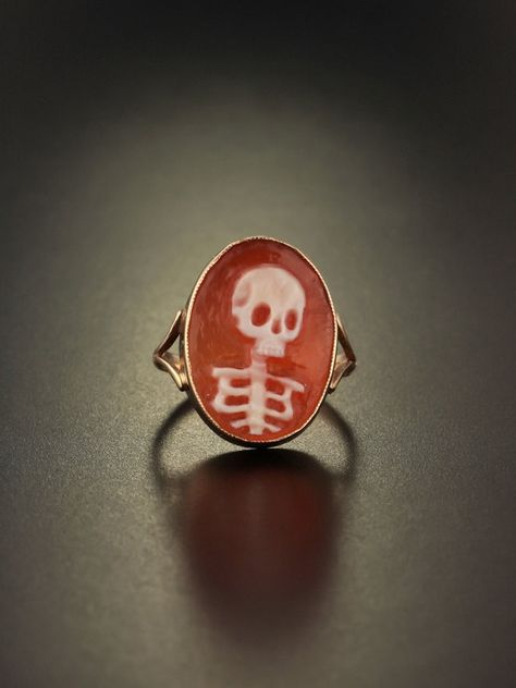 Vintage memento mori skull cameo ring by AntiqueVelvetGloves Skull Jewelry, Cute Jewelry, Jewelry Box, Jewelry Accessories, Jewelry Design, Jewellery, Bridal Accessories, Wedding Jewelry, Wedding Rings