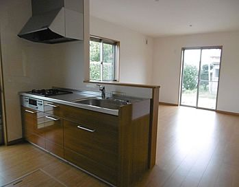 大きなキッチンはいらないから 少しコンパクトなw2100サイズ 友人や親戚を招いた時に会話ができる対面式のキッチン 面材は鏡面で高級感ある木目調を選択 アイフルホーム コンパクトキッチン キッチン