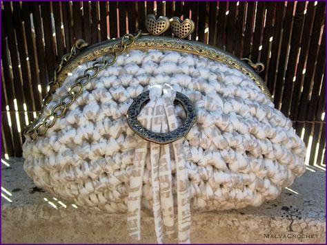 Bolso de inspiración vintage tejido a mano en crochet con trapillo en color beige estampado, sin forrar. Se completa con boquilla metálica y asa de cadena.