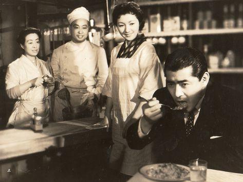 『妻の心』(1956年)オムライスを食べるミフネ。