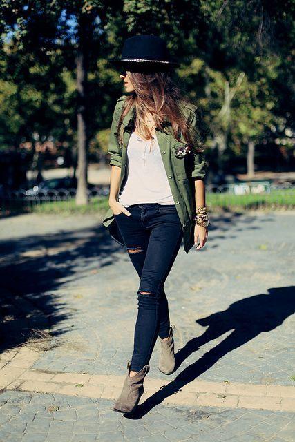 Den Look kaufen: https://lookastic.de/damenmode/wie-kombinieren/militaerjacke-traegershirt-enge-jeans-stiefeletten-hut/4218 — Dunkelblauer Wollhut — Dunkelblaue Enge Jeans mit Destroyed-Effekten — Hellbeige Trägershirt — Olivgrüne Militärjacke — Hellbeige Wildleder Stiefeletten