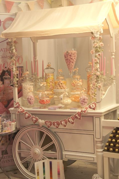 Candy bar romántico en colores pastel y compuesto por gran variedad de golosinas. #Blog #Innovias