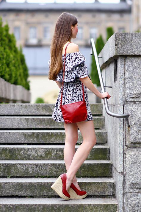 Czerwone Buty Na Koturnie Stylizacja Schody Dziewczyna