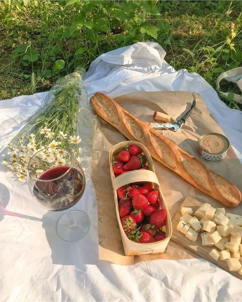Picnic Date, Summer Picnic, Summer Travel, Cute Food, Good Food, Yummy Food, Comida Picnic, Think Food, In Vino Veritas