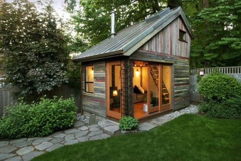 Little pallet house. Would make a great camp!                                                                                                                                                     More
