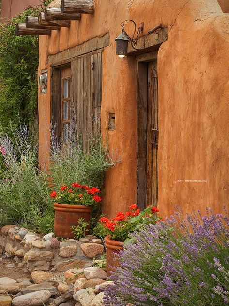 The photogenic city Santa Fe, New Mexico begs to be remembered with beautiful photos. Use this Santa Fe Photos & Photography Guide to capture memorable and… Adobe Haus, Fachada Colonial, Beautiful Homes, Beautiful Places, Beautiful Gardens, New Mexico Style, Santa Fe Style, Southwestern Decorating, Southwest Decor Santa Fe