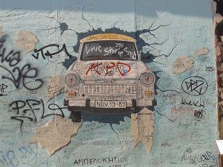Nemet Mult Ido Die Vergangenheit Der Trabant Und Die Berliner Mauer East Side Gallery Street Art Berlin Wall