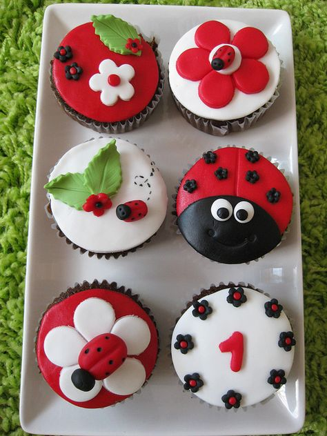 Jen Fisher this just might be my desire for Sophia's bday. A ladybug cake & a few cupcakes for the small ones :) Fondant Cupcakes, Yummy Cupcakes, Cupcake Cookies, Party Cupcakes, Birthday Cupcakes, Snowman Cupcakes, Giant Cupcakes, Pizza Cupcakes, Spring Cupcakes