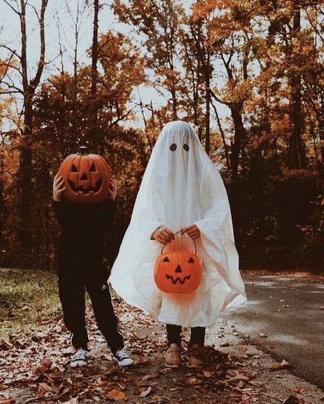 halloween aesthetic Sweater Weather & Jack-O-Lanterns Retro Halloween, Halloween Fotos, Kawaii Halloween, Fall Halloween, Halloween Movies, Halloween Costumes For 3, Halloween Pumpkins, Halloween Labels, Halloween Decorations