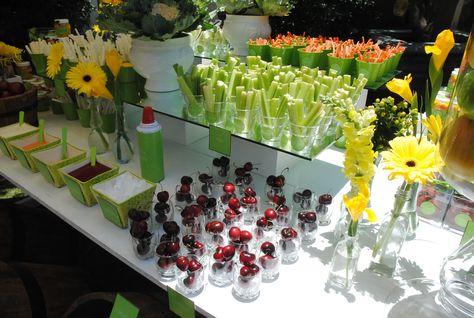 y mira mas fruta y verduras en  la mesa de dulces, pepinos, zanahorias y unas cerezas, con crema batida y a la izq. salsas