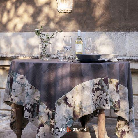 A PRANZO O A CENA PER UNA TAVOLA TUTTA ITALIANA. Tovaglia in lino antimacchia con bordo floreale disegnata e distribuita da #Marini&Gerardi #tablecloths #tovaglia #tovaglietteamericane #tovaglioli #homelinen #LinenCollection #EuropeanLinen #tablecloth #linen #tablewear #luxurylinens #interiordesign #madeinitaly #liveinlinen #linenlife #everydaysimplicity #tablelinens #tablestyle #linennapkins #tablescape #linentablecloth #biancheriatavola #biancheriadacucina #ristoranti #ristorazione