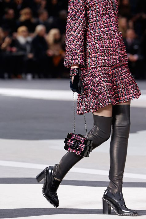 Chanel Fall 2013 Ready-to-Wear Fashion Show Details: See detail photos for Chanel Fall 2013 Ready-to-Wear collection. Look 34