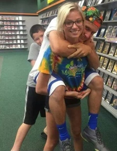 This is a photo of three people. 31 Photos That Will Drive You Crazy Until You Figure Them Out